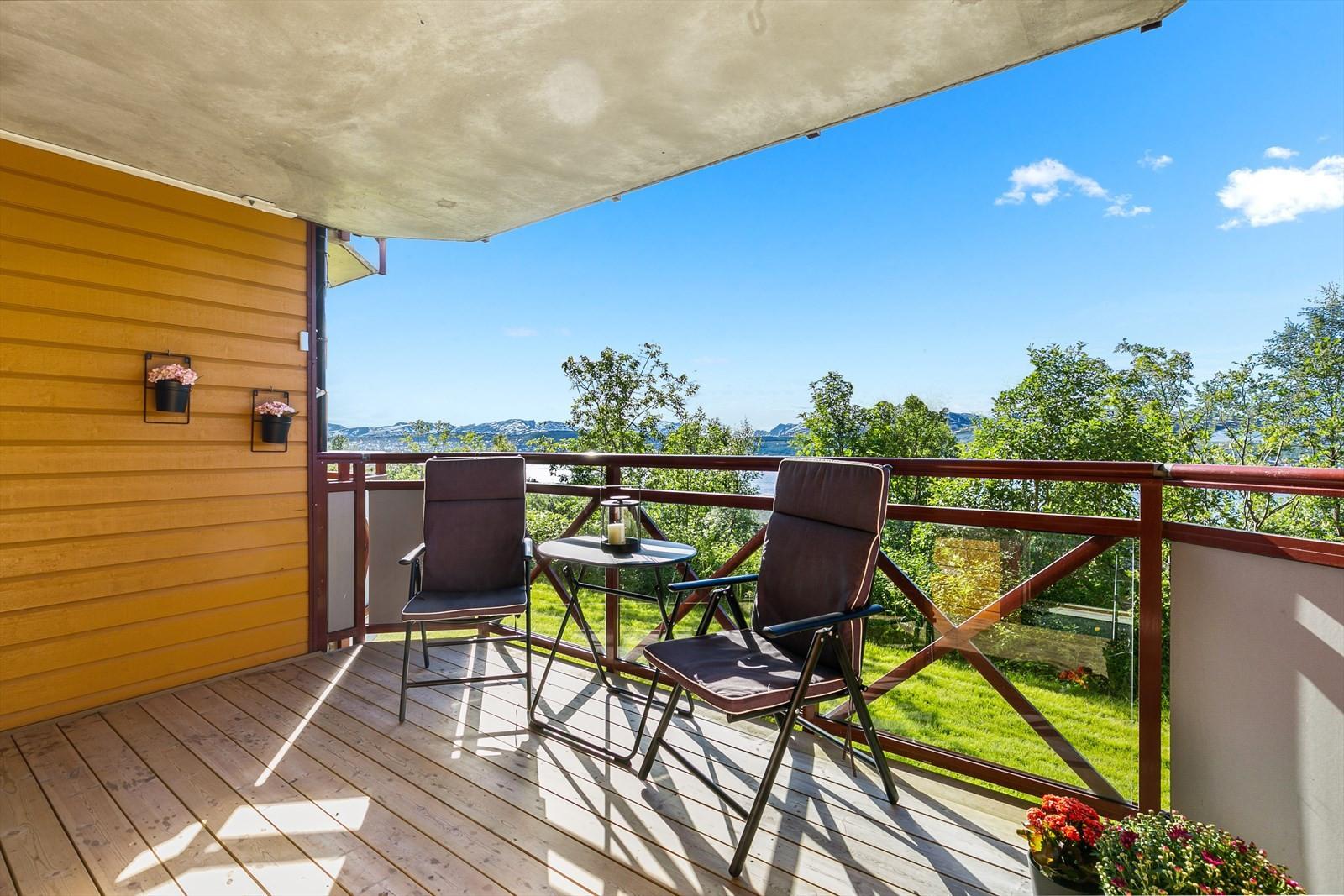 Takoverbygd vestvendt balkong med nydelig utsikt og solforhold!