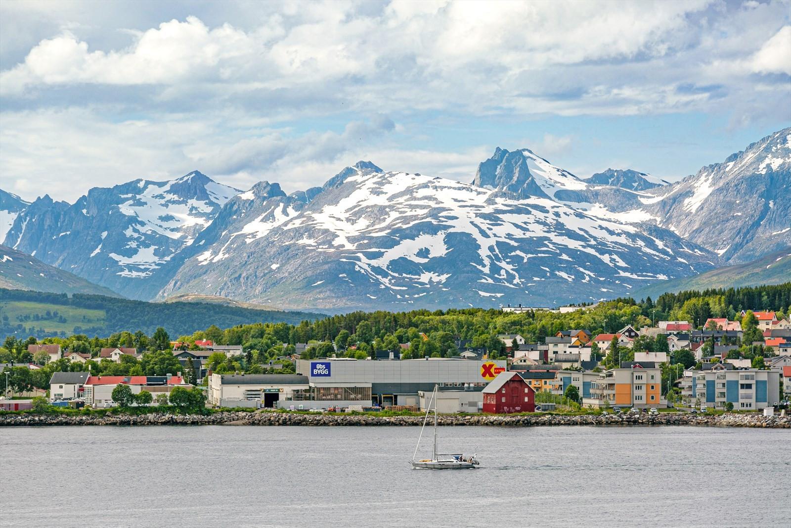 Nydelig utsikt til Kvaløyfjellene og øya.