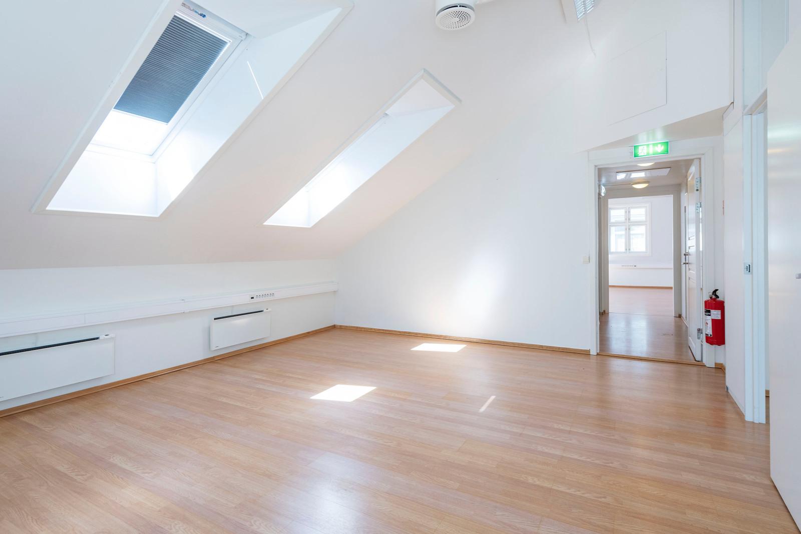 Lyst kontorlokale med gjennomgående god standard