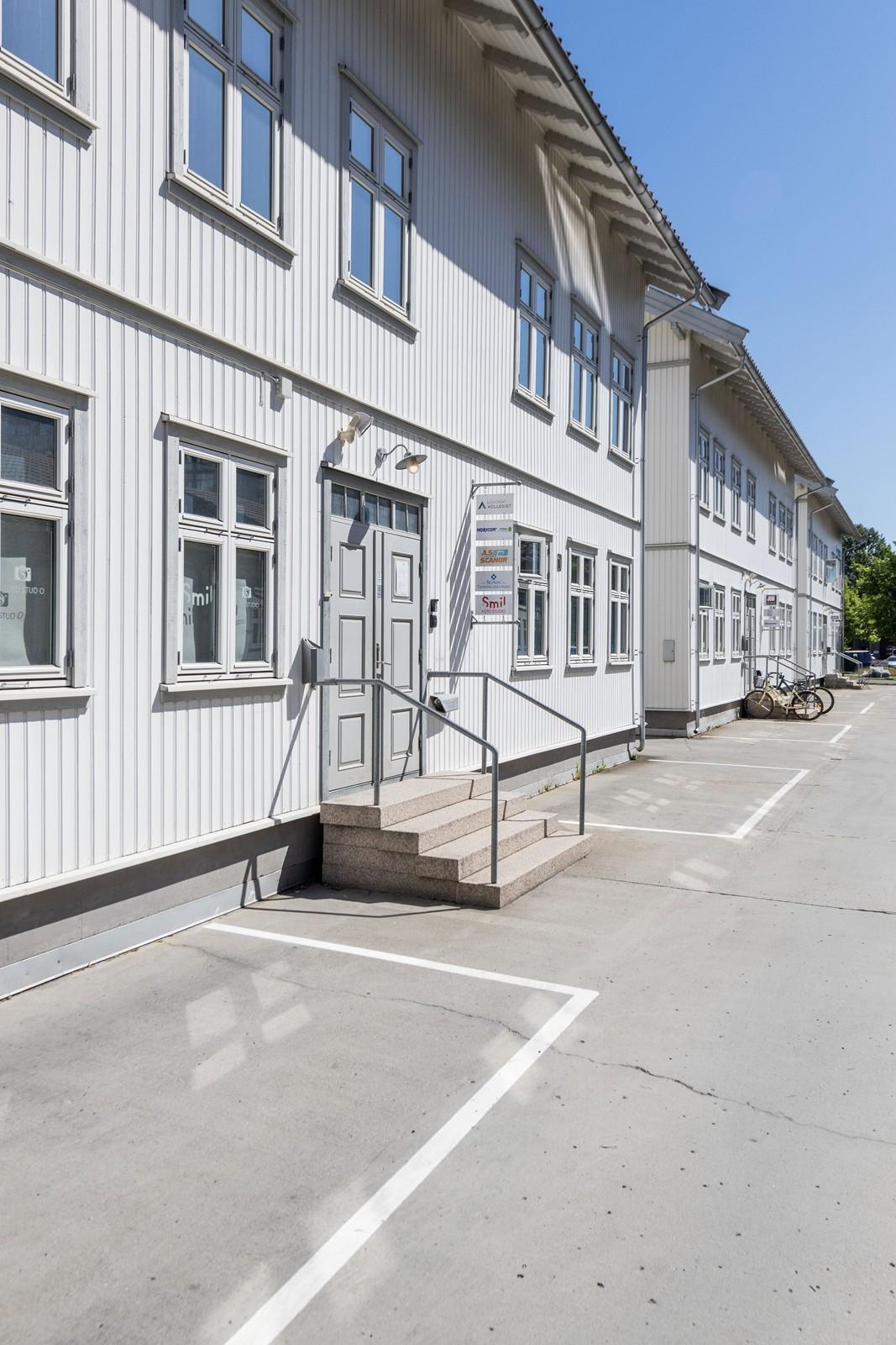 Hovedinngang - kontorene er beliggende i 3. etasje