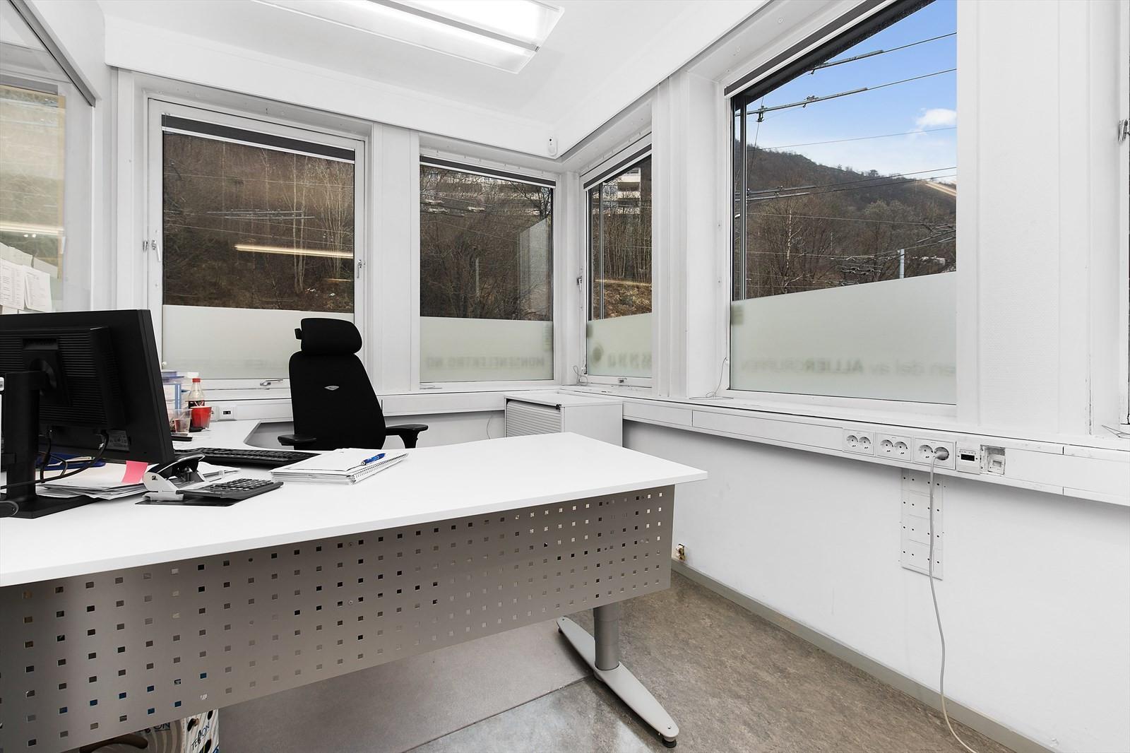 Lokalet har flere cellekontorer med vindu mot Nattlandsveien.
