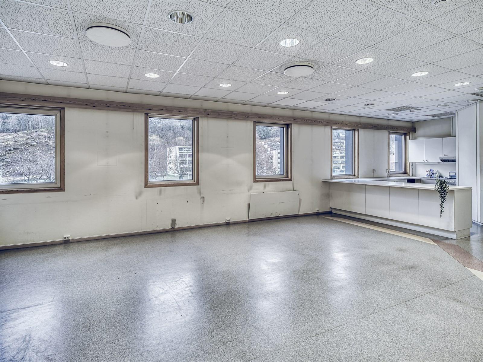 Lyse lokaler med gode vindusflater.