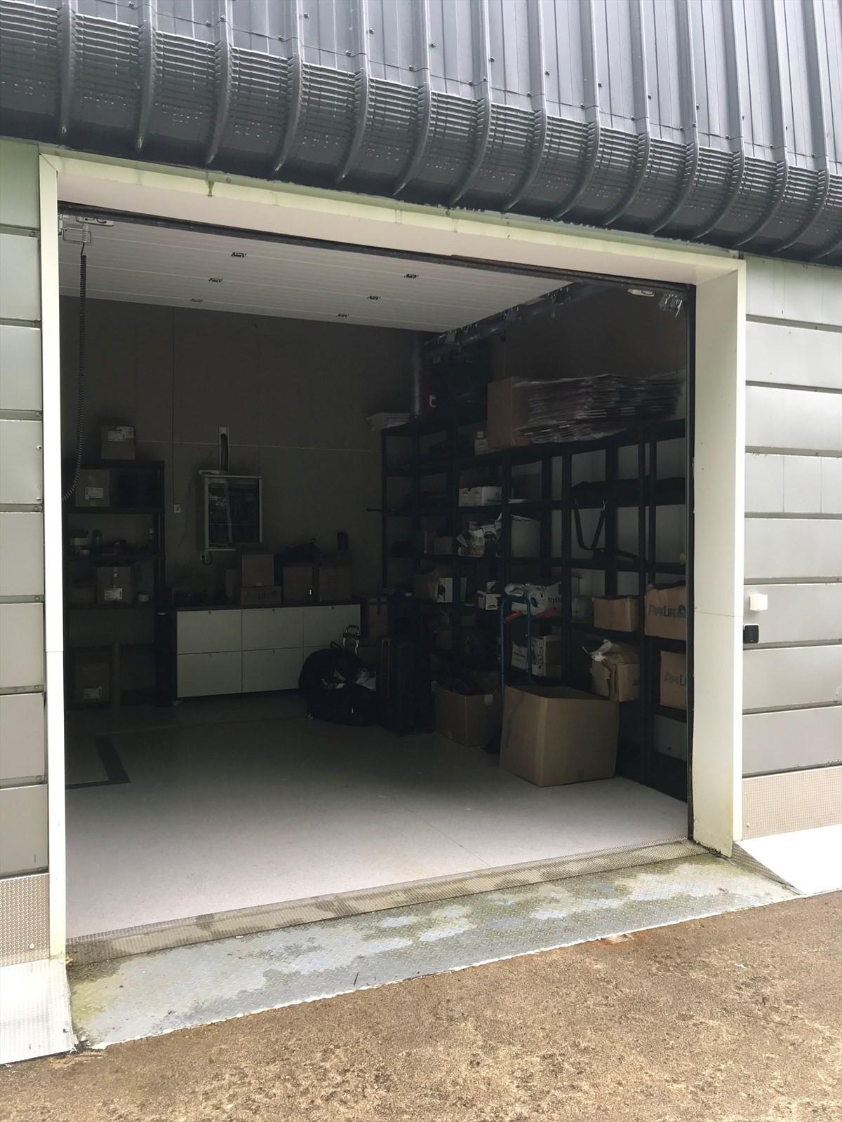 Lager/garasje med kjøreport.