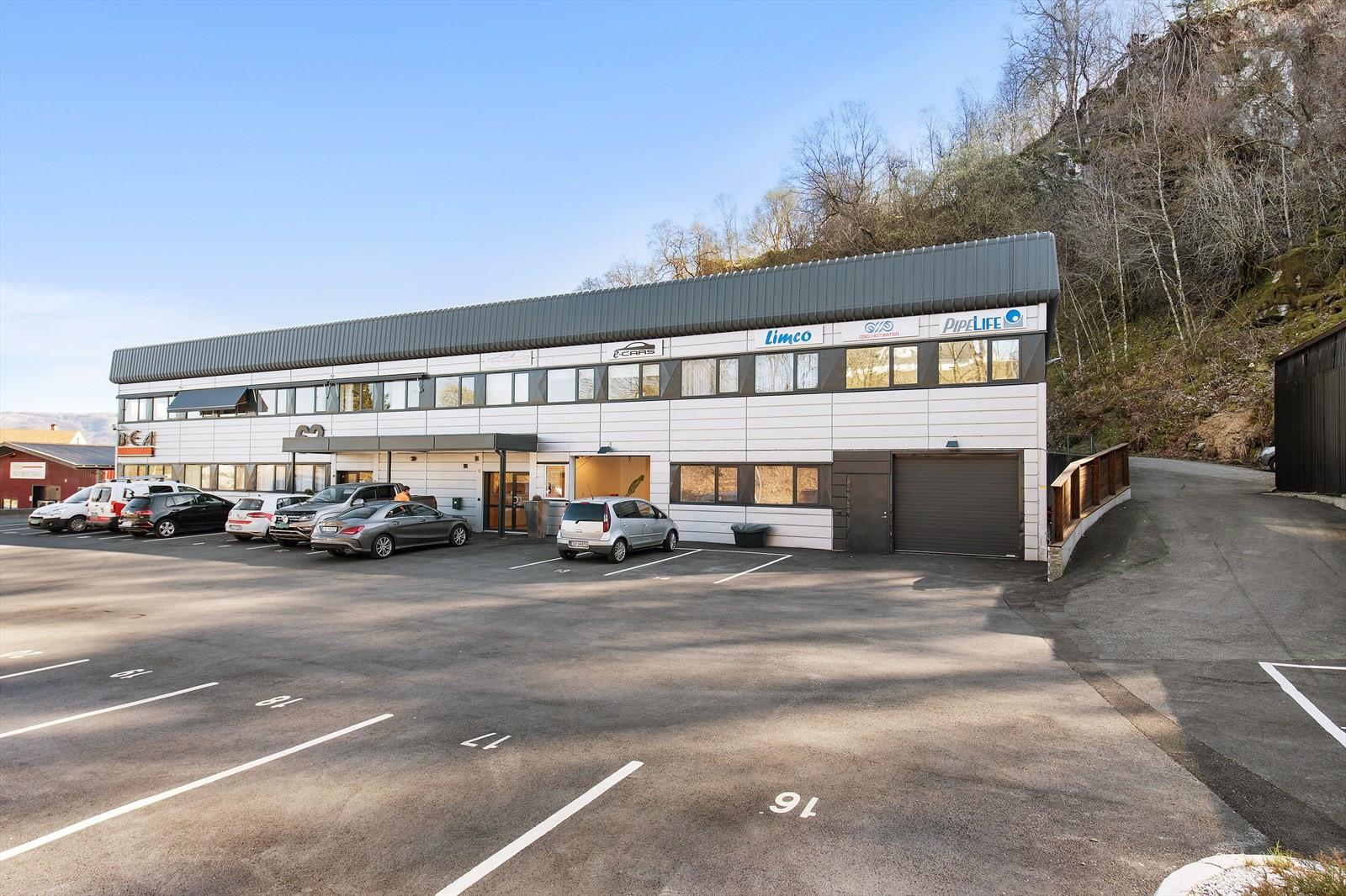 Ledige lokaler ligger i øverste etasje med kjøreport på baksiden av bygget.