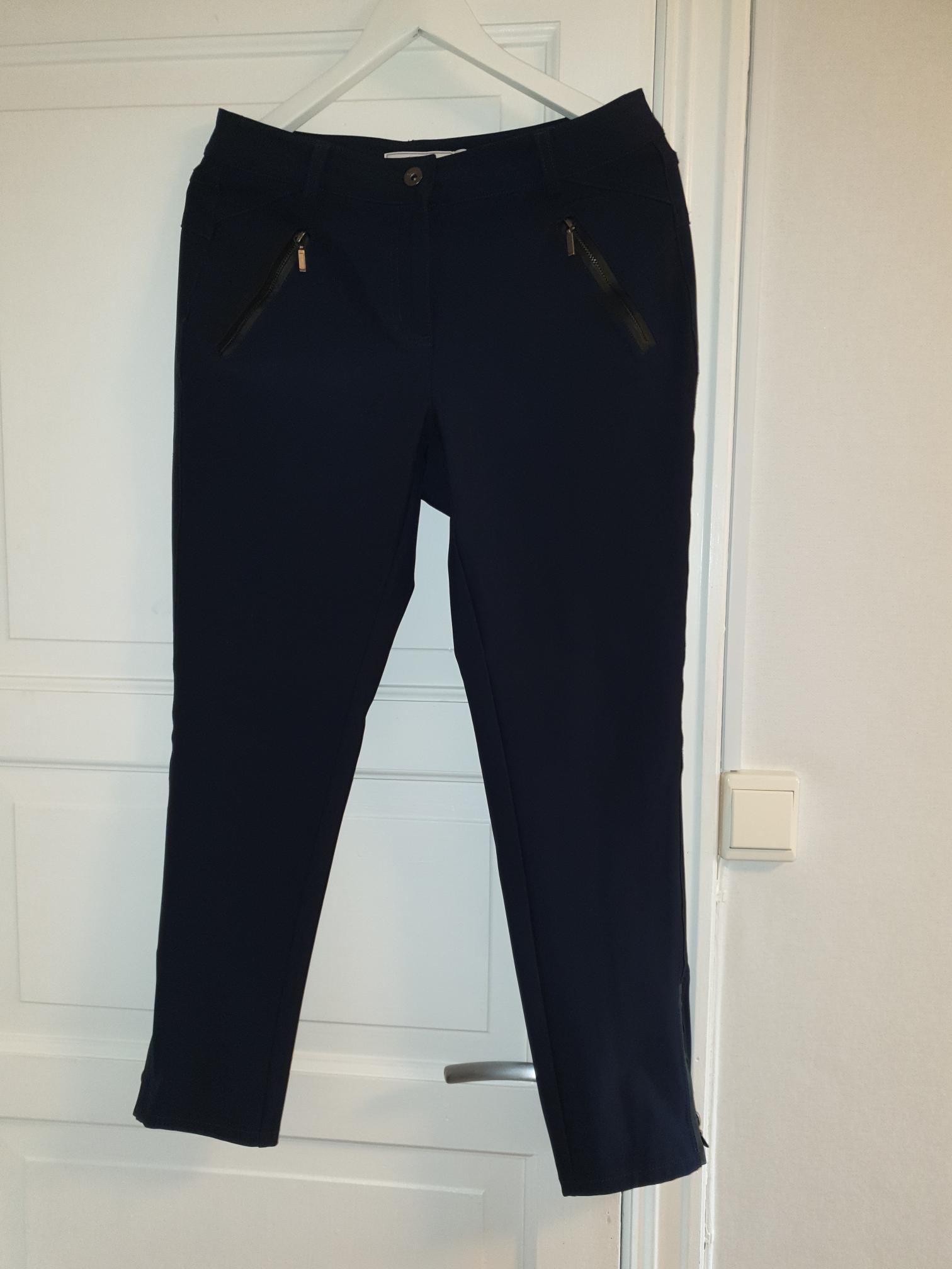 En mørkblå og en sort bukse fra Fransa (Billie, Zio 1, Floyd