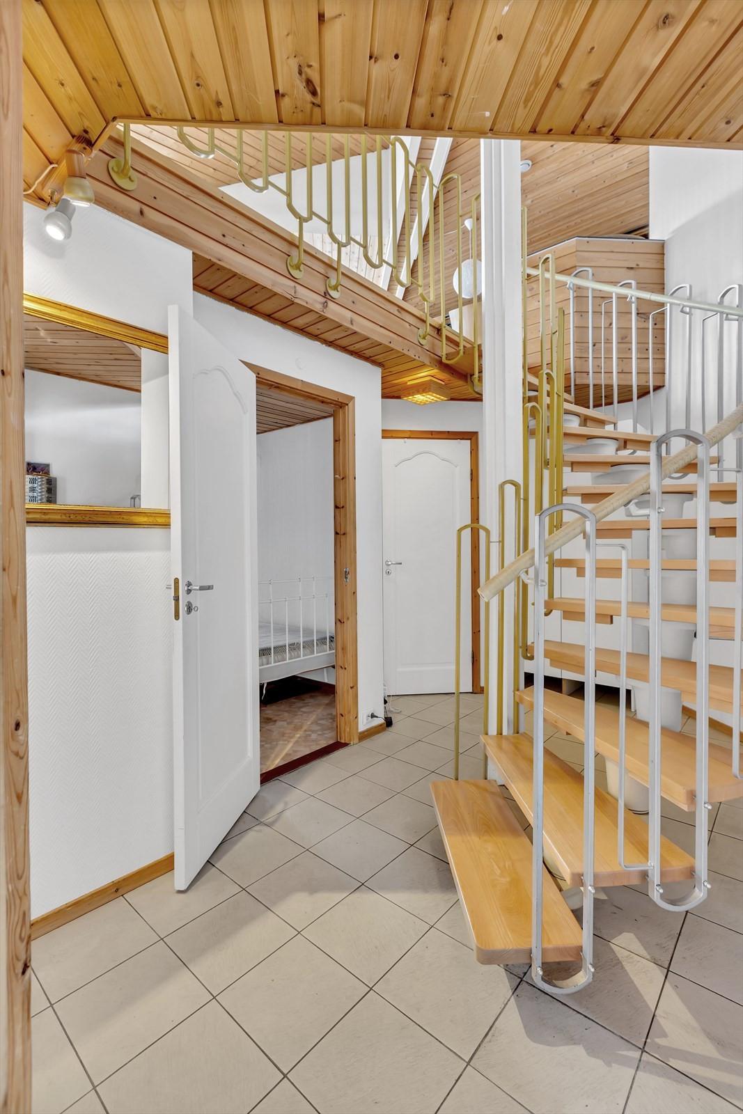 Gang og trapp mellom etasjene.