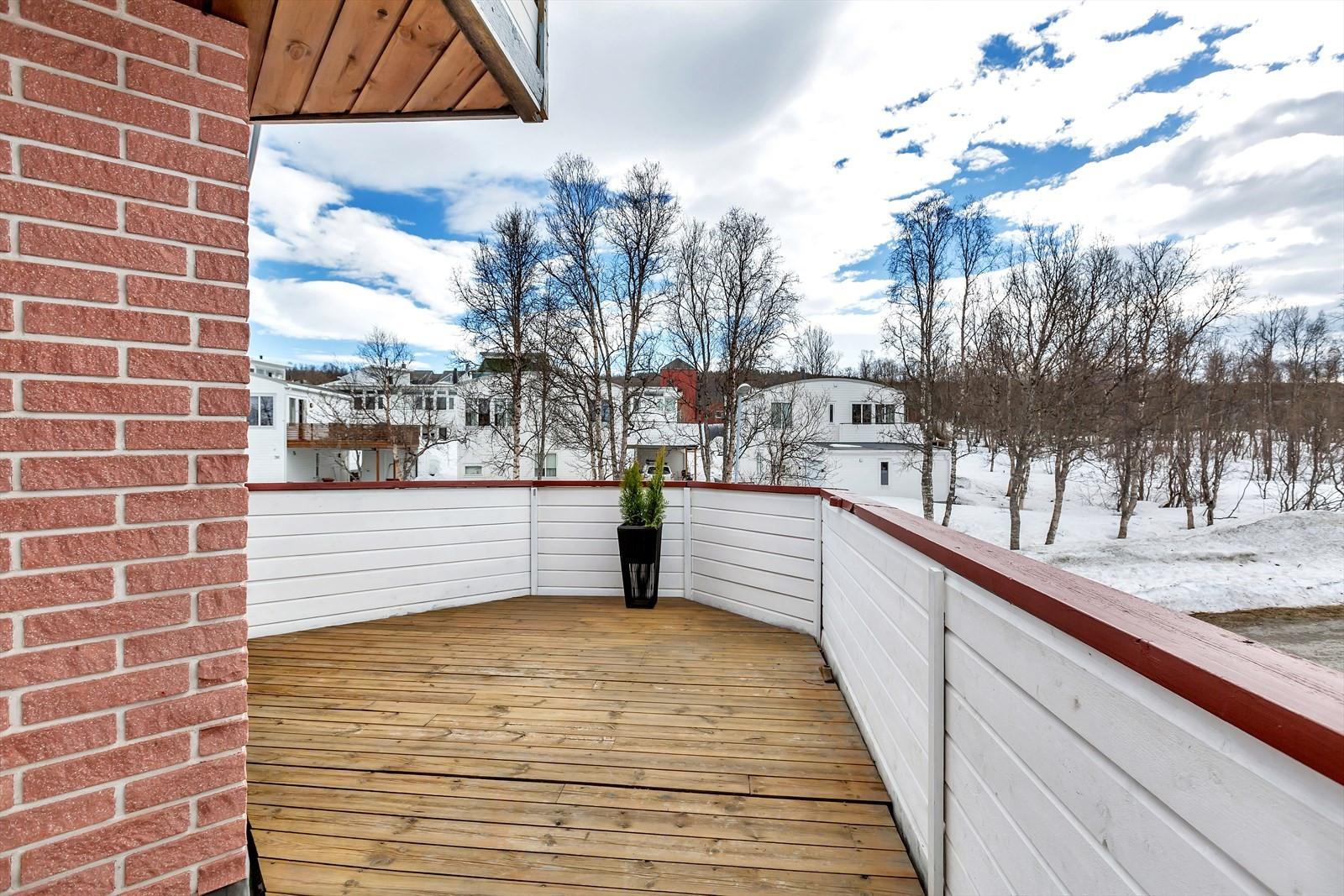 Fra stuen er det utgang til en romslig og nyoppusset balkong med gode solforhold.