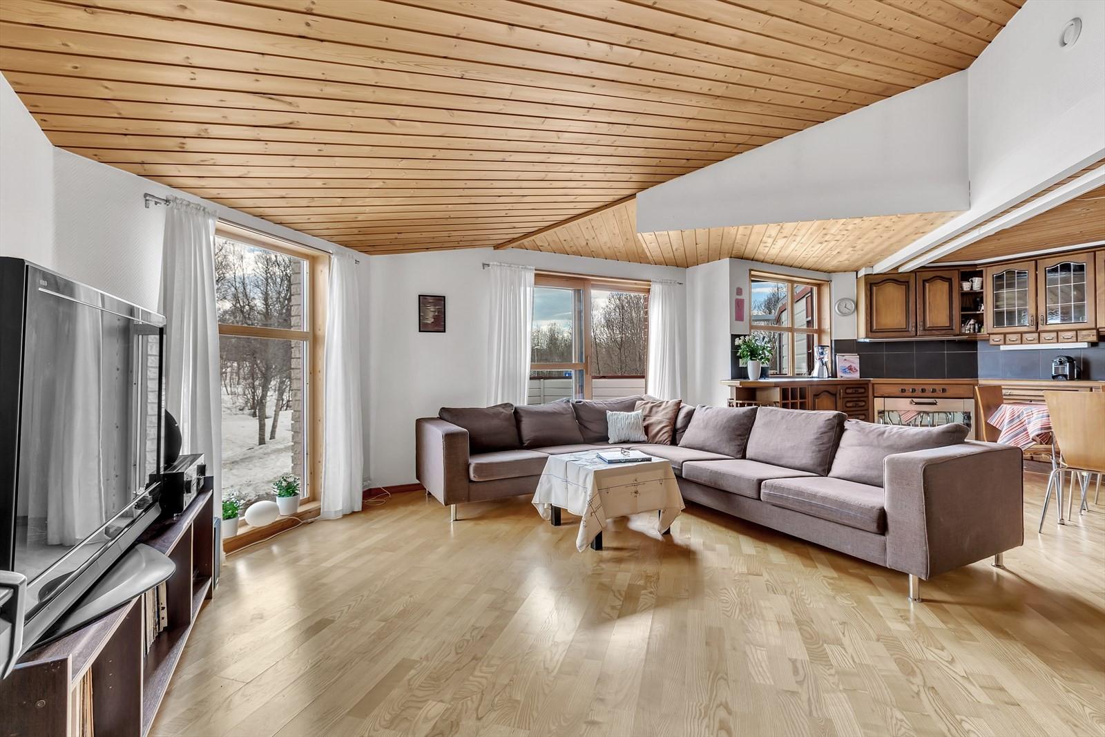 Boligen har en meget unik og tiltalende stue med god takhøyde og store vindusflater som gir gode lysforhold.