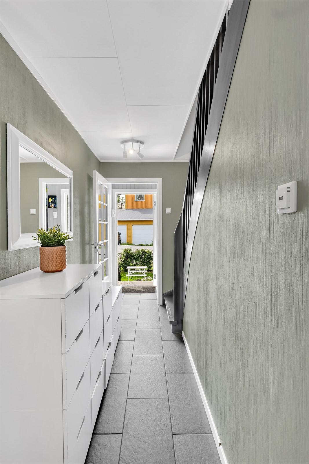Entrè med flislagt gulv og varmekabler
