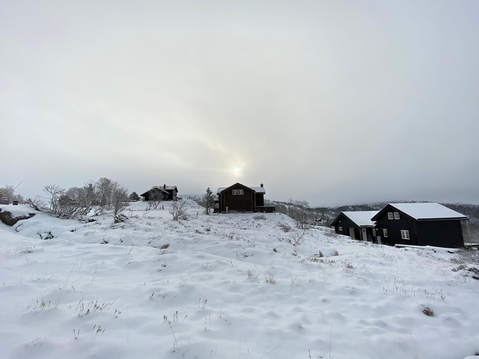 """Hattevarden hyttefelt er et felt med en fantastisk beliggenhet. Det er """"ski inn og ski ut"""" til både langrennsløyper og alpinanlegg.  Samtidig ligger feltet lunt til, med perfekte sol forhold med kveldssol, samt en veldig flott utsikt!"""