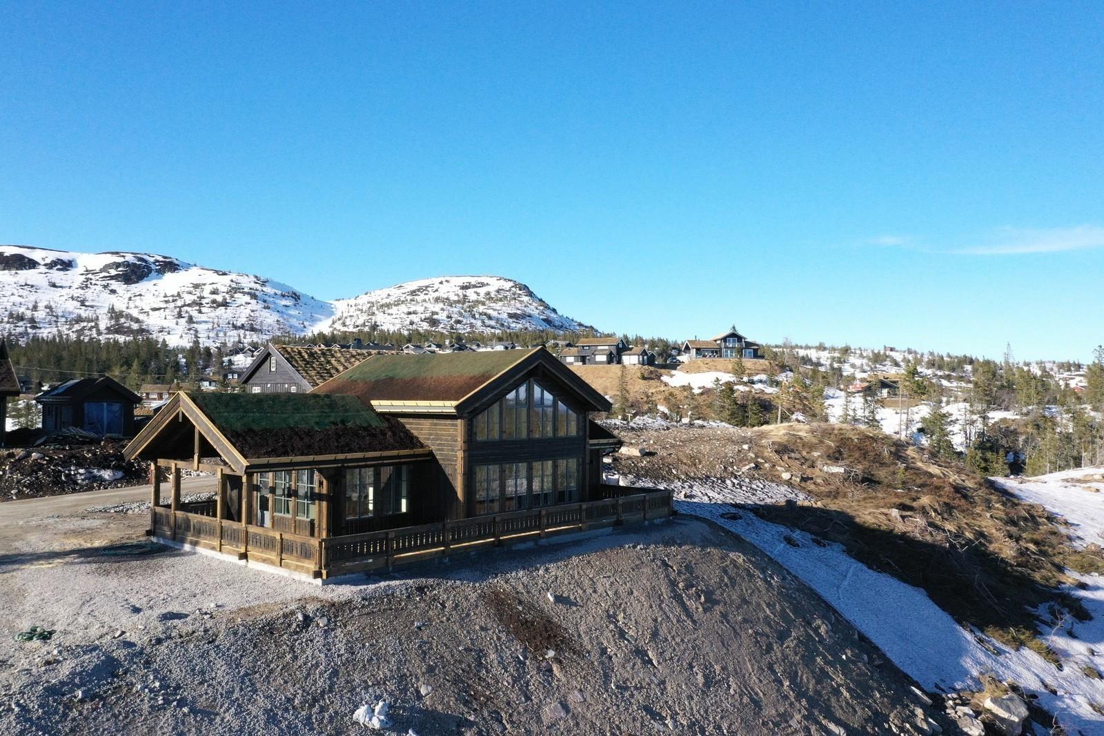 Den nye hytten Buen Storodde XL.  Her med vinduer som er grå utenpå, og hvite innvendig. Hytten har noen kundetilpasninger og tilvalg.