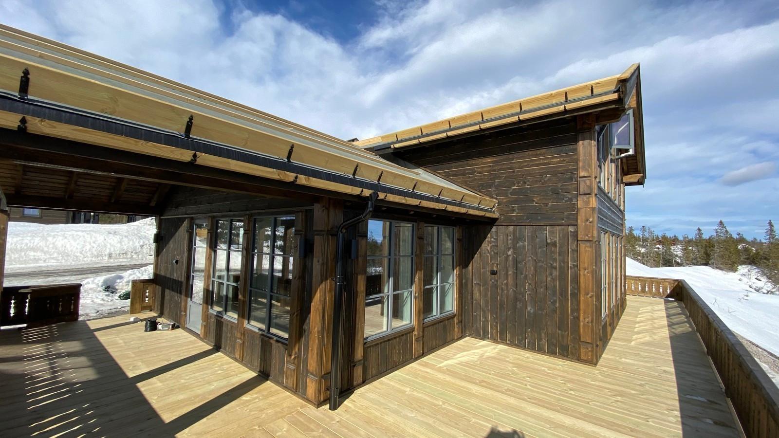 Det er praktisk og koselig med en stor terrasse. Her er den bygget litt ekstra på, som et tilvalg. Man får da mye areal under tak.