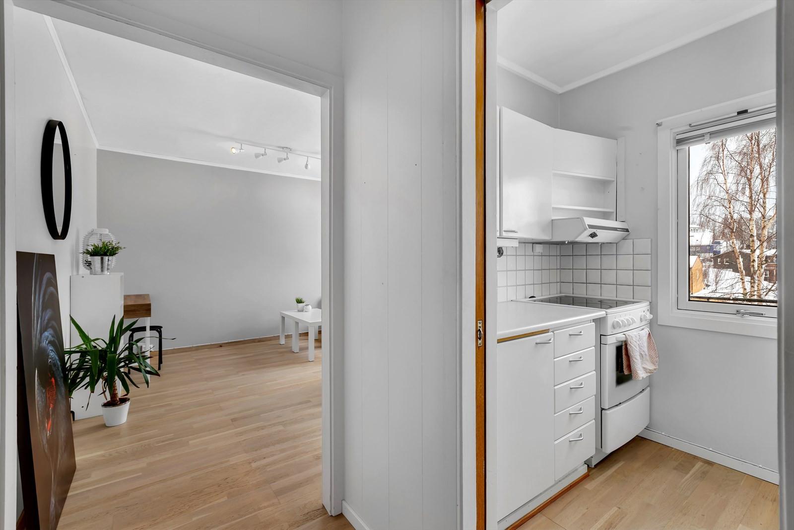Kjøkken - vegg i vegg med stuen