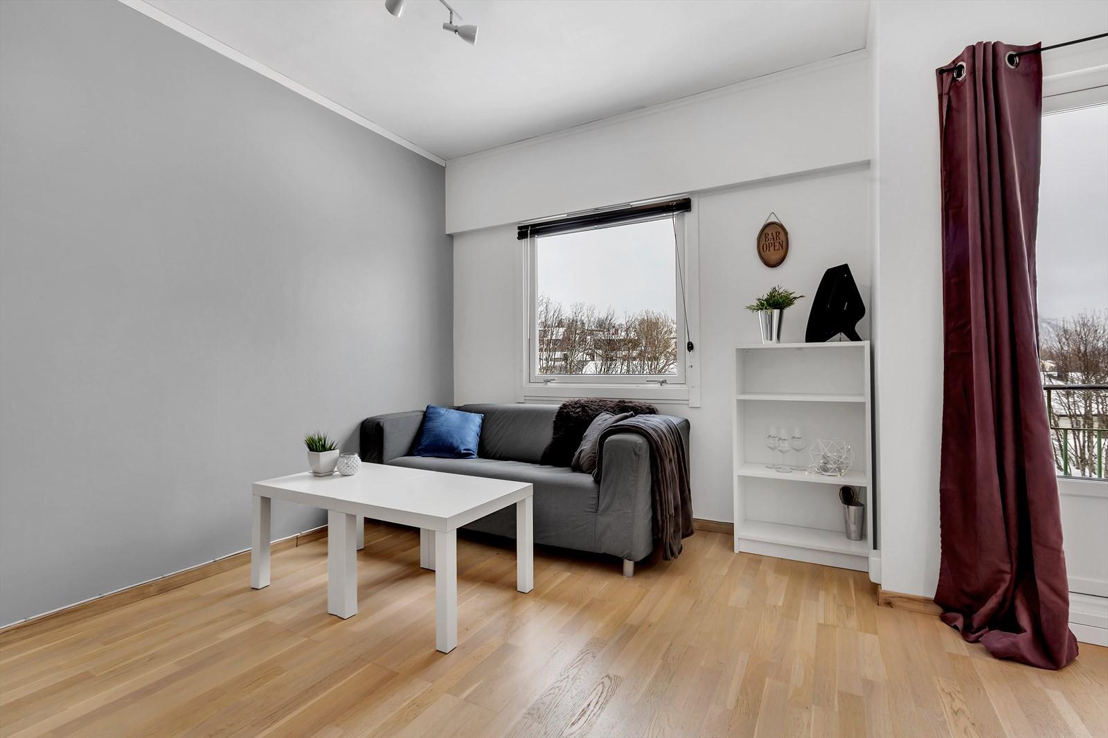 Stue med sofakrok og utgang til veranda