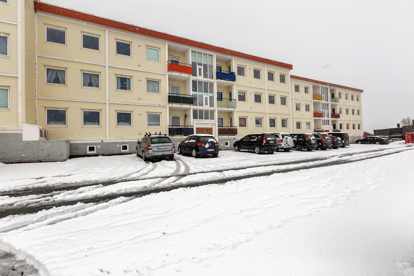Inngangssiden - leiligheten har alle vinduer mot andre siden av blokken