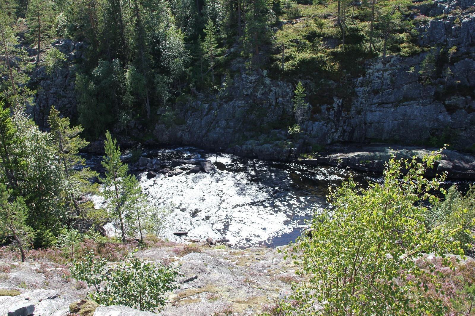 Flott elv på nedsiden av tomte området.