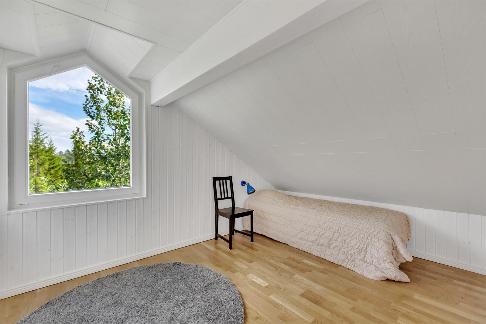 Boligen har 4 flotte soverom fordelt på begge etasjene.