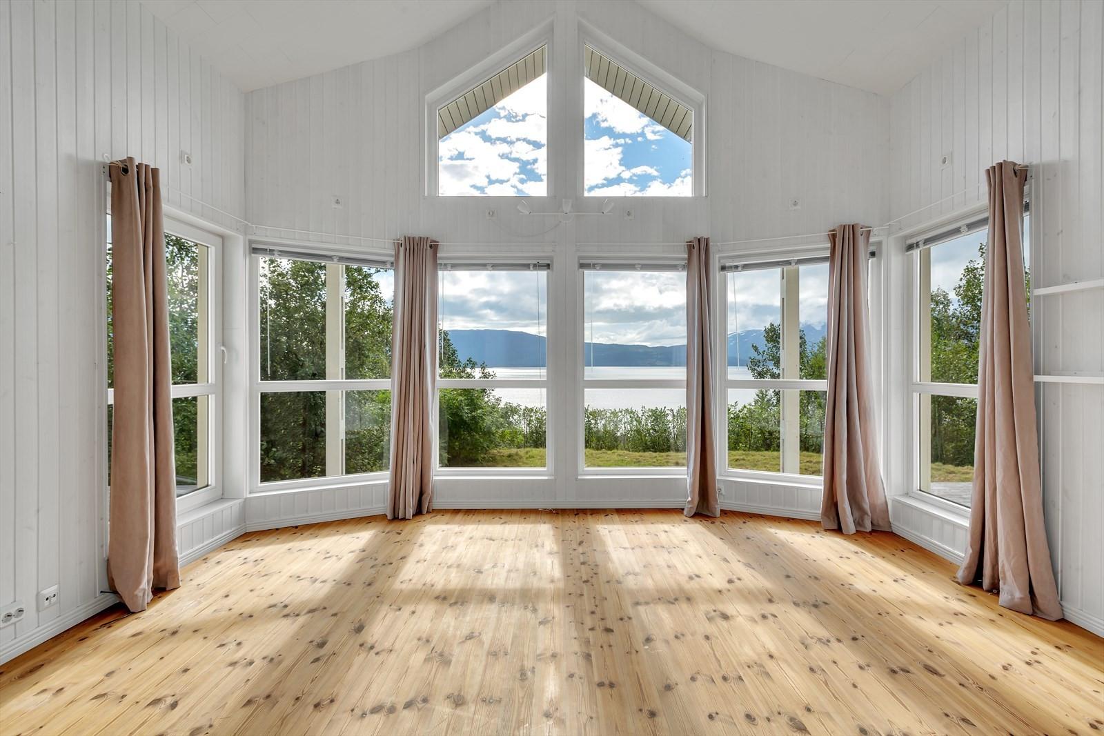 Boligen har en romslig og herskapelig stue med god takhøyde, gode lysforhold og utsikt.