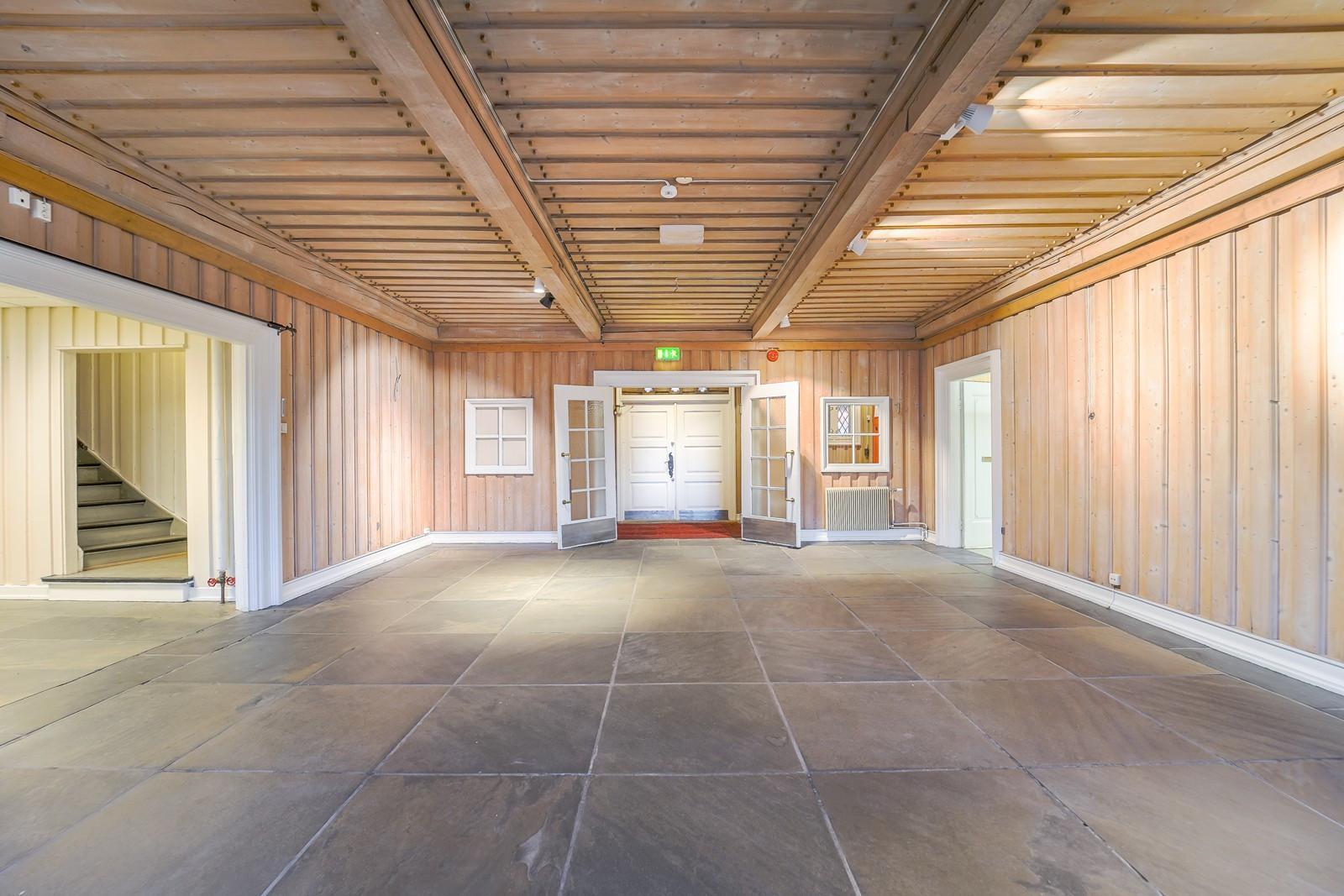 Inngangen leder inn til en hall