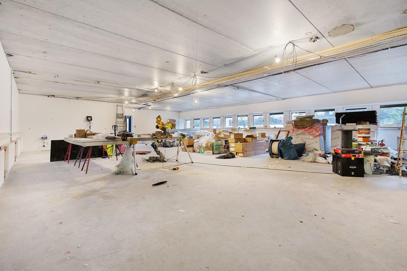 Ledige lokaler i byggets underetasje står klar for leietakertilpasninger. Det er intern trapp til 1. etasje, i tillegg til egen adkomst fra nord.