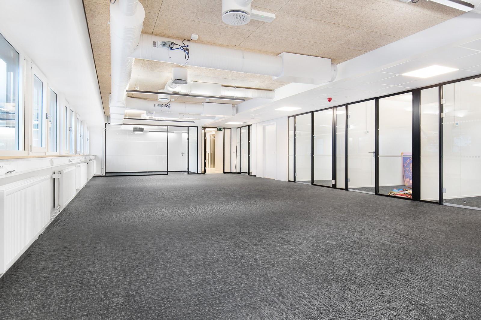 Nyinnredede kontorlokaler i 1. etg med moderne kvaliteter, sentralvarmeanlegg, ventilasjon m.v.