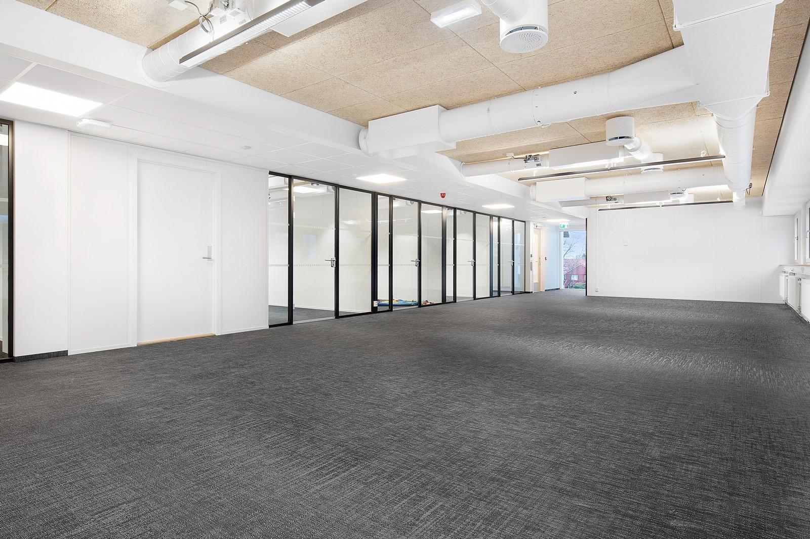 Flotte cellekontorer og romslige arealer for åpent kontorlandskap.