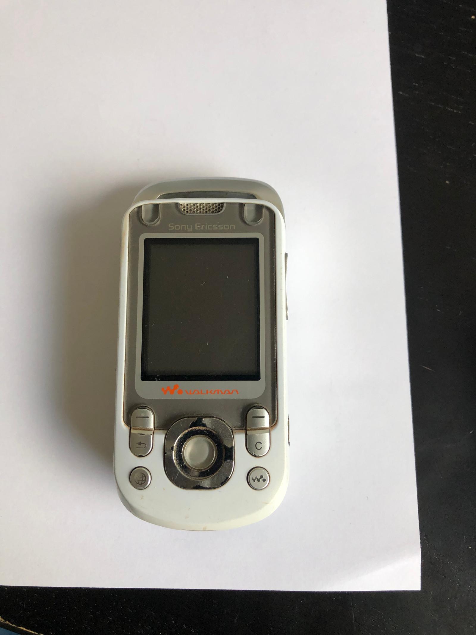 Gammel og kul Sony Ericsson mobil telefon til salgs | FINN.no