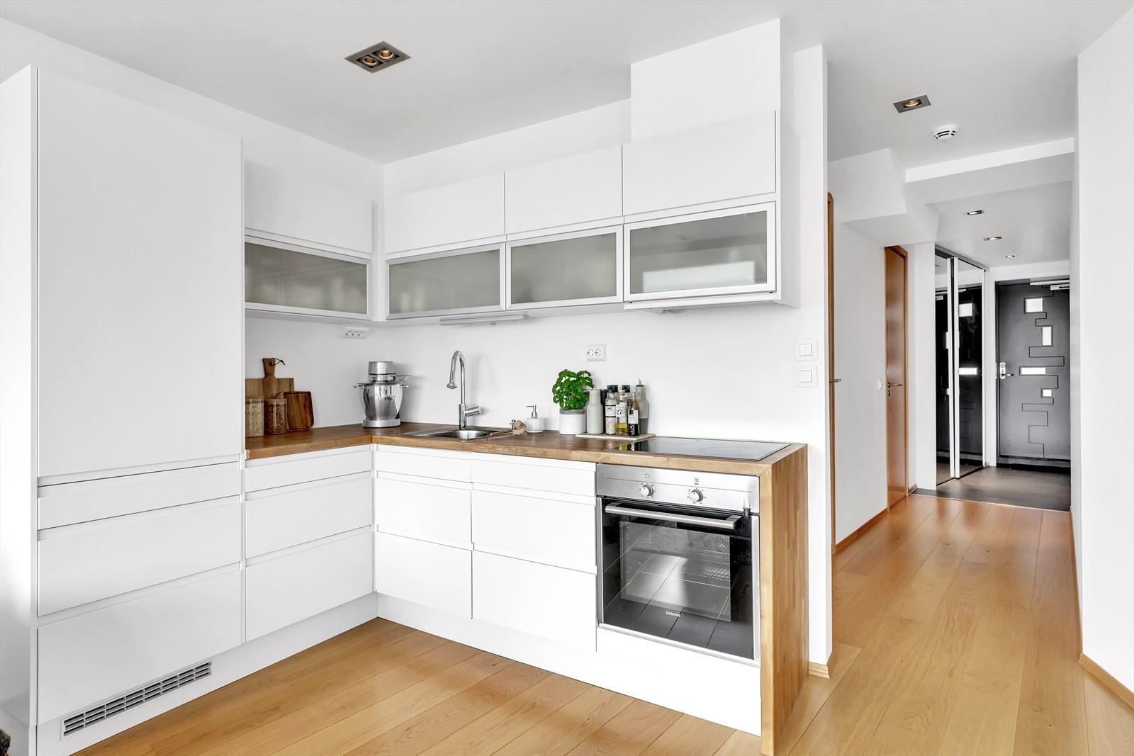 Fint kjøkken med helintegrerte hvitevarer. Heltre benkeplate. Godt med benke- og oppbevaringsplass