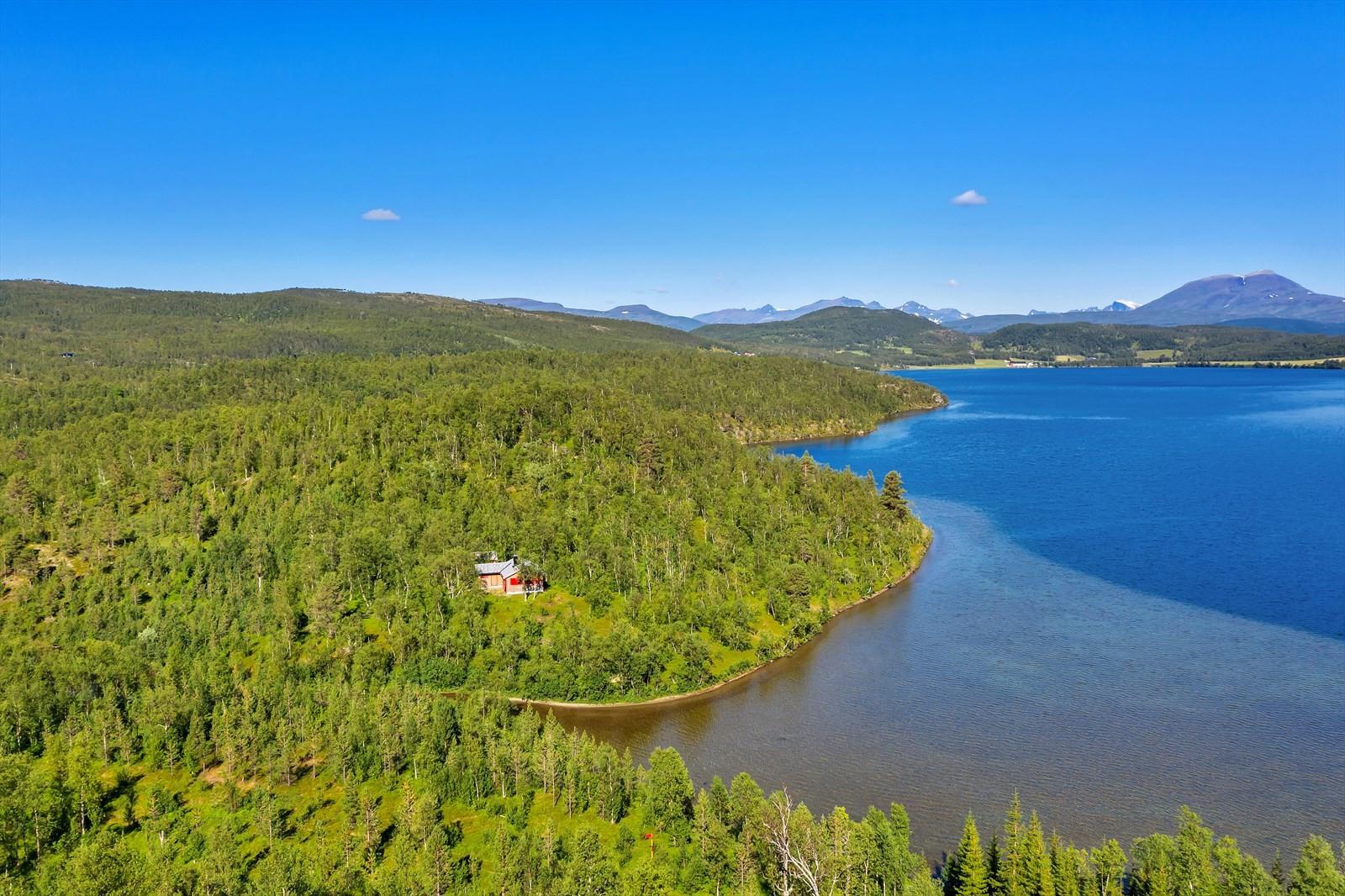 Oversiktsbilde - eiendommen ligger i sydenden av vannet med grense mot vannet og elva