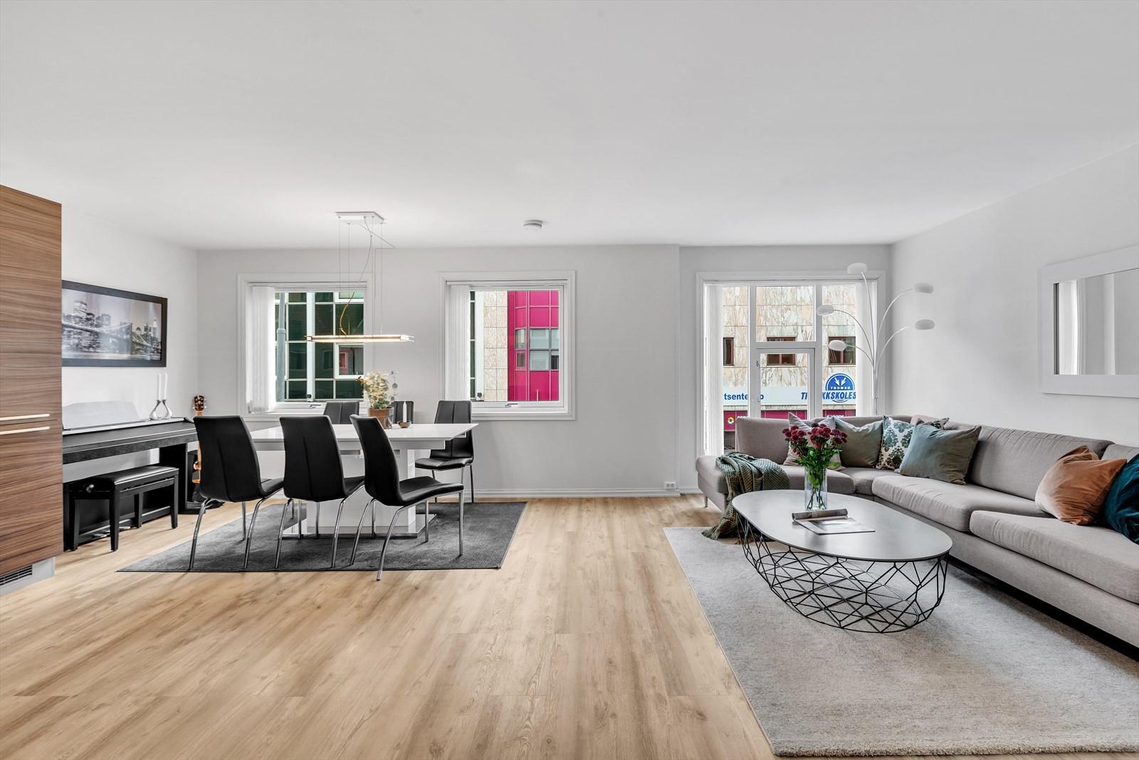 Lyst oppholdsrom med plass til mye møbler
