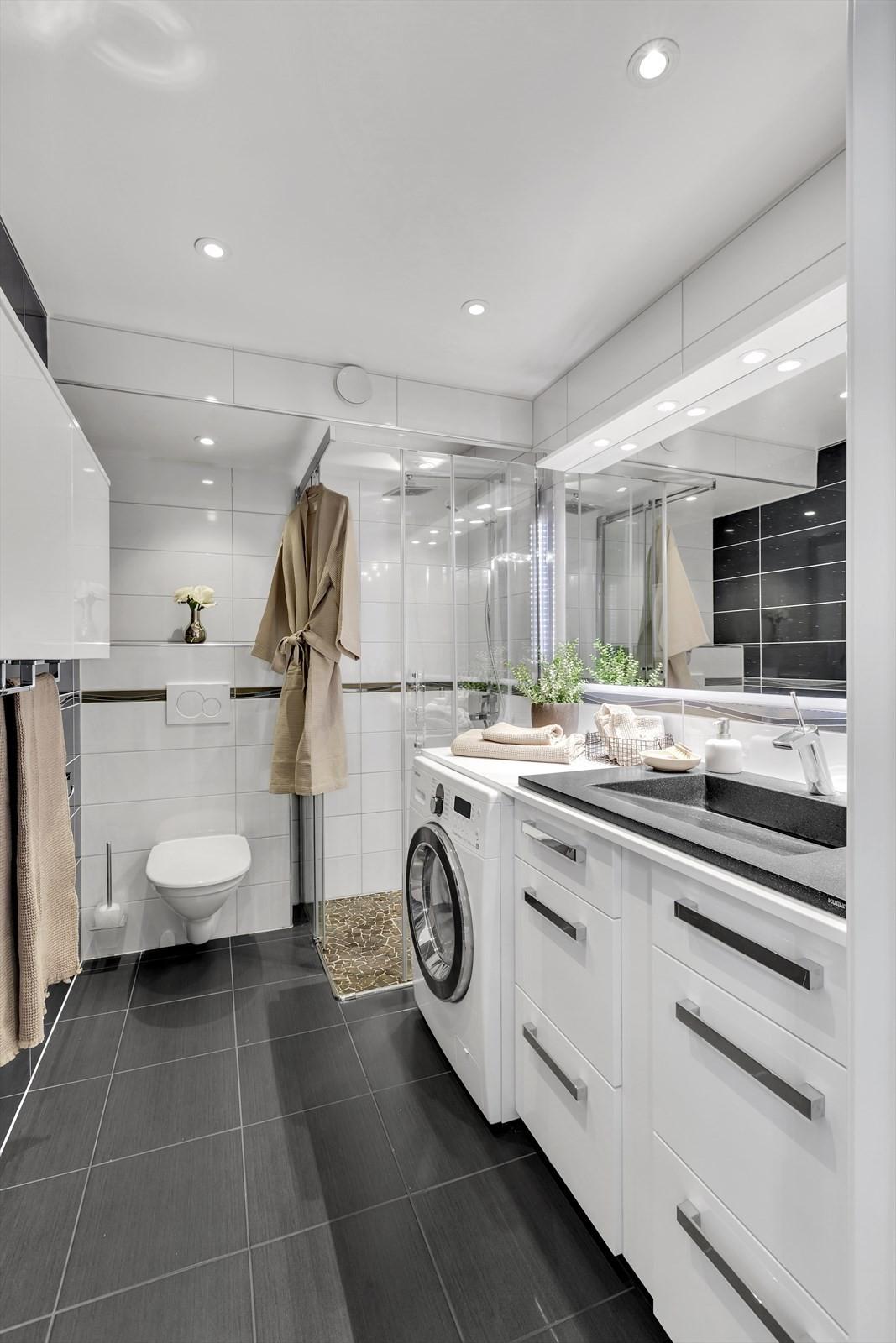 Badet er flislagt på vegger og gulv - og har flott finish på overflater og materialer.