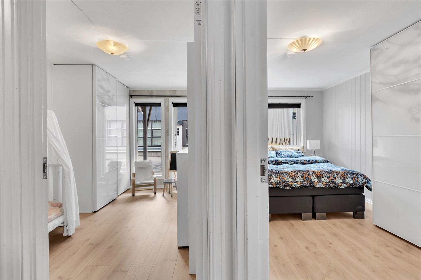 Soverommene er bak i leiligheten inn mot bakgården