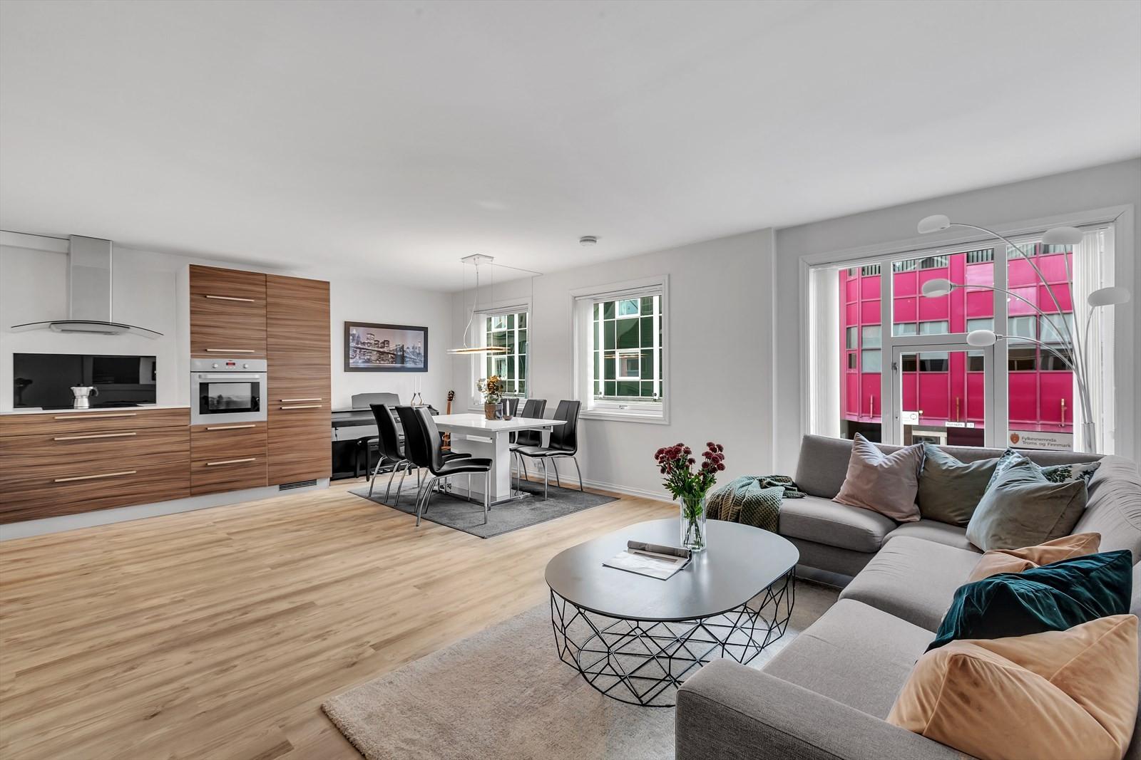 Stor og modernisert stue med tidsriktige overflater