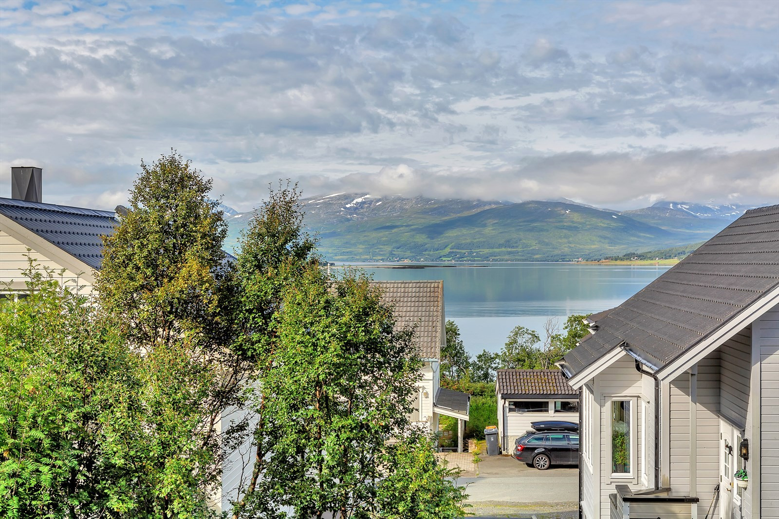 Nydelig utsikt mot deler av Kvaløya og Sandnessundet. Leiligheten er fint plassert i bygget for best mulig utsikt fra etasjen