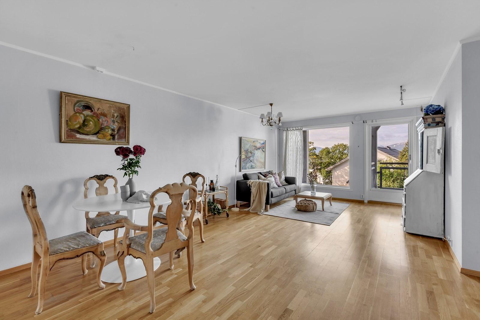 Lys stue med store vindusflater mot vest som gir rikelig  med lysinnslipp og utsyn