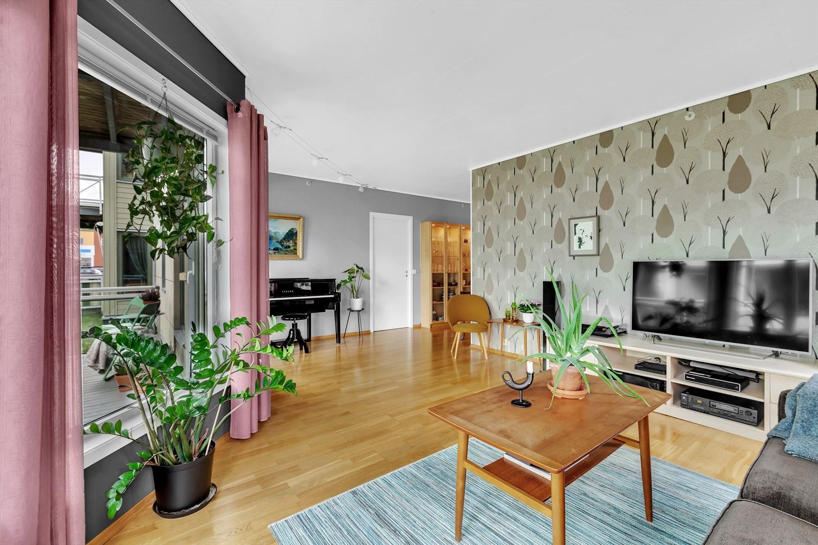 Romslig og meget tiltalende stue med store vindusflater som gir mye lys og romfølelse.