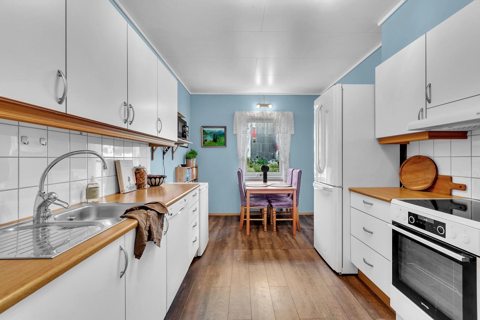 Boligen har ett flott kjøkken med god skap og benkeplass.