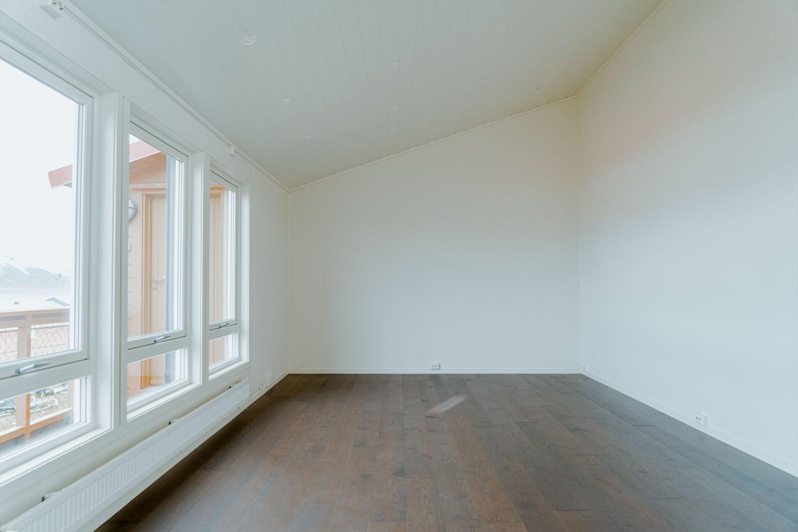 Stor stue med ny himling, innfelt LED - belysning og enstavs eikeparkett