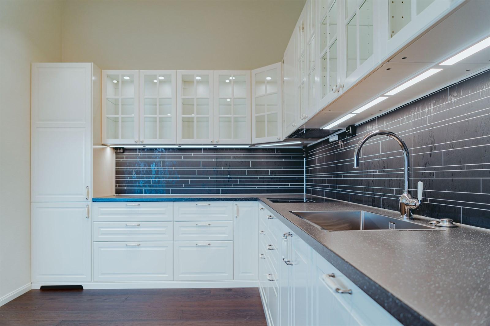 Belysning i tak, skap og over kjøkkenbenk
