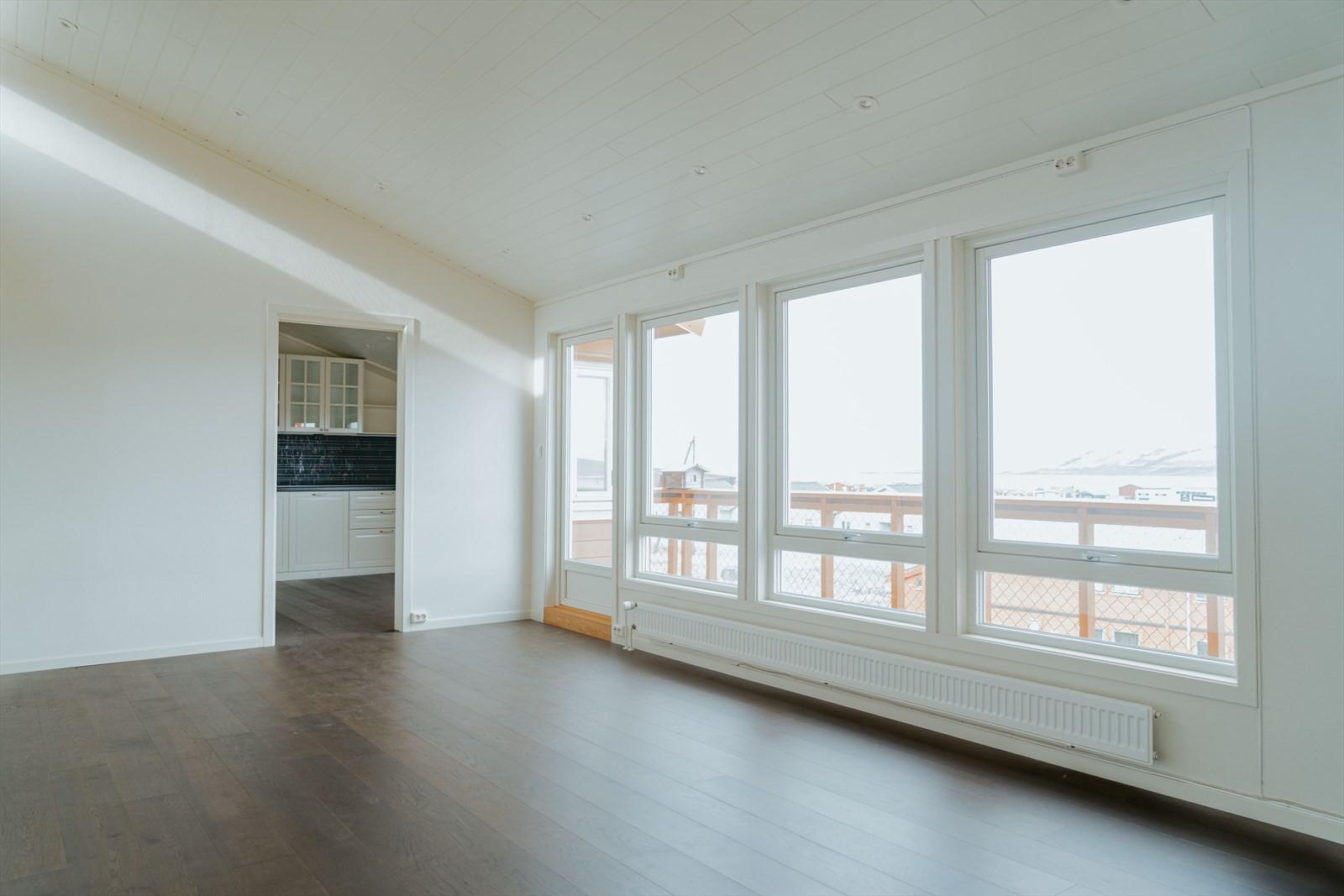 I stuen er det store vindusflater som slipper inn mye lys