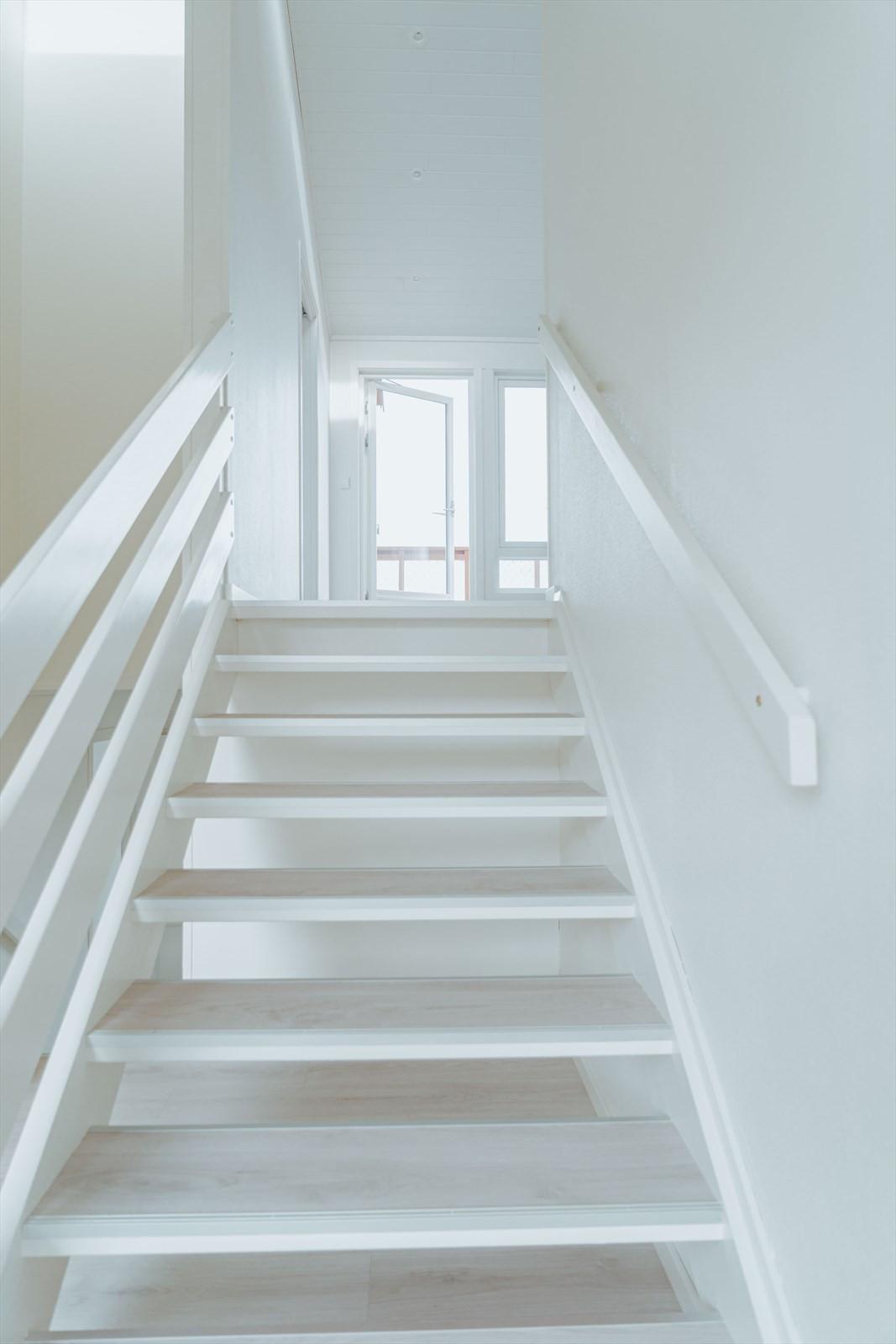 Trapp opp til stue og kjøkken