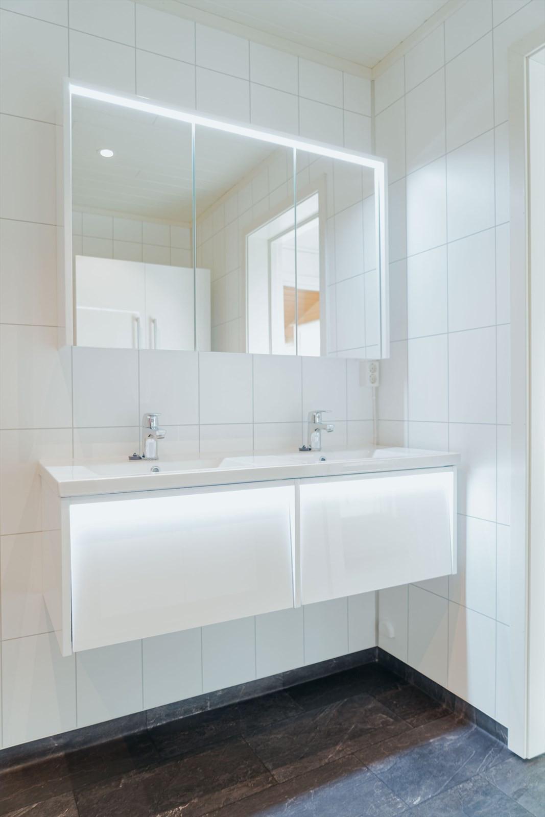 Moderne innredning med lagring i store skuffer og speilskap