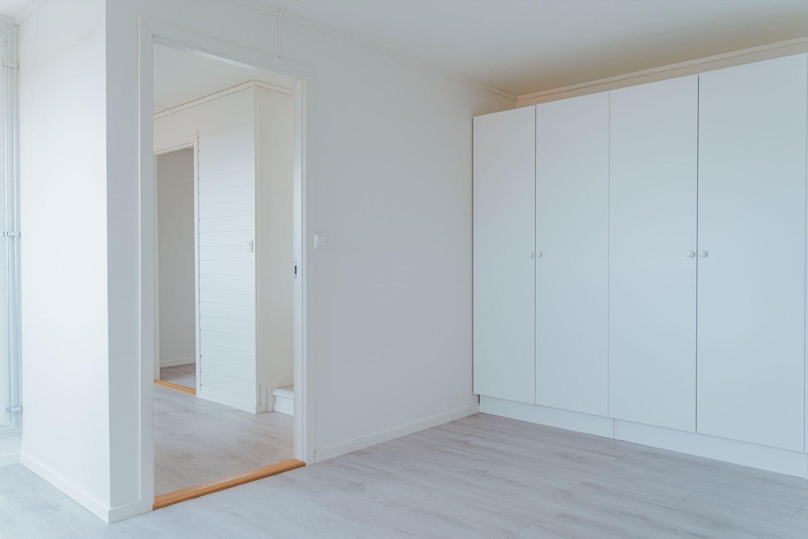 I u. etasjen finner du 2 praktiske og store soverom
