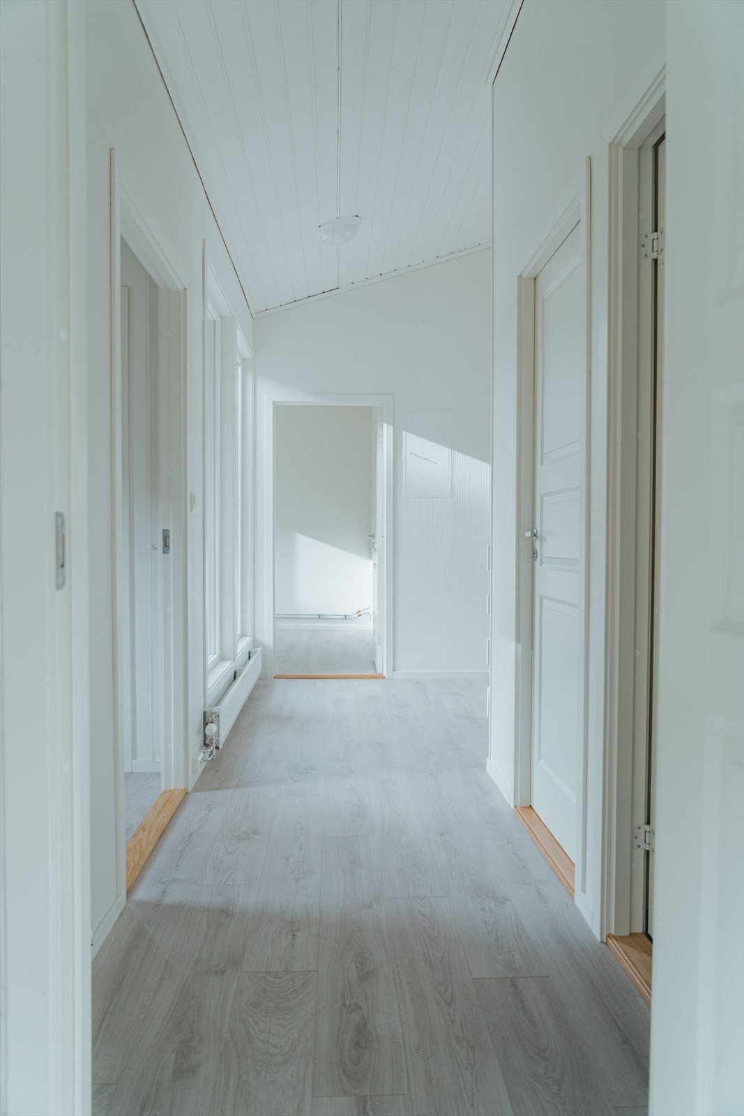 Mellomgang 1. plan som leder til soverom, vaskerom, wc og bad