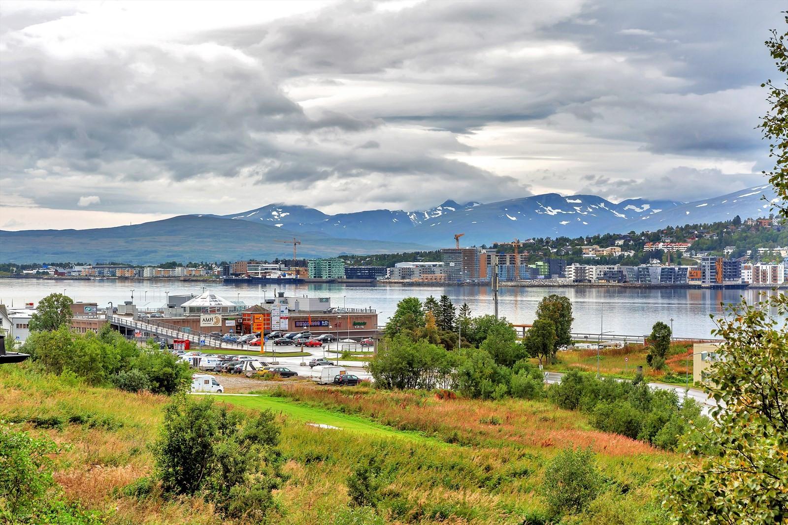 Fantastisk utsikt mot Tromsøysundet og Tromsøya med fjellene på Kvaløya bak