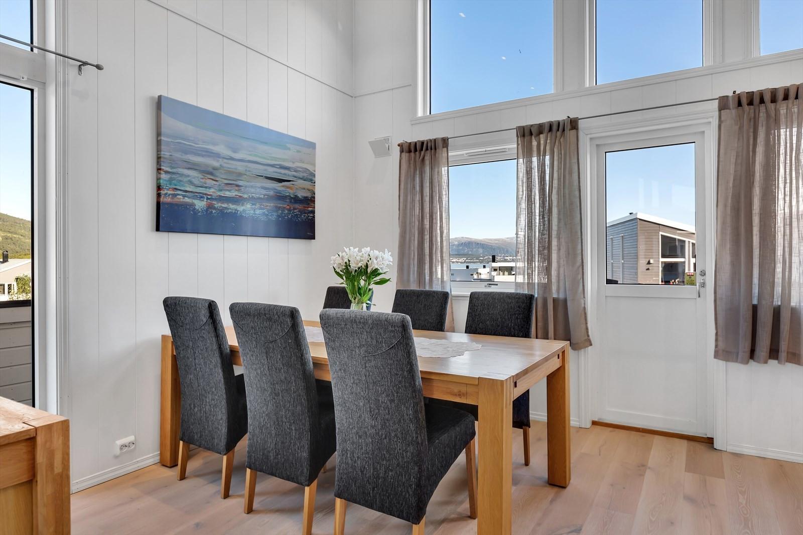God plass til spisebord på kjøkkenet. Utgang til sørvendt terrasse.