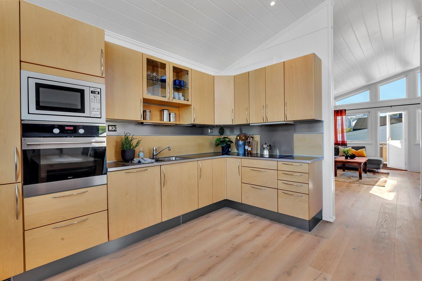 Kjøkken med masse benke- og oppbevaringsplass