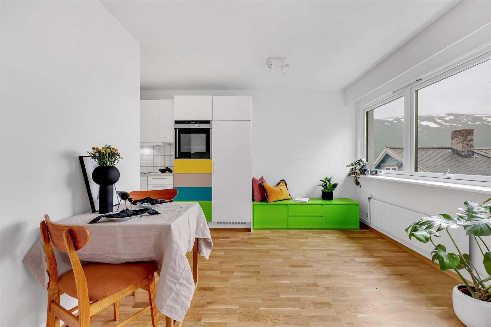 Boligen er godt løst med åpen stue/kjøkken løsning