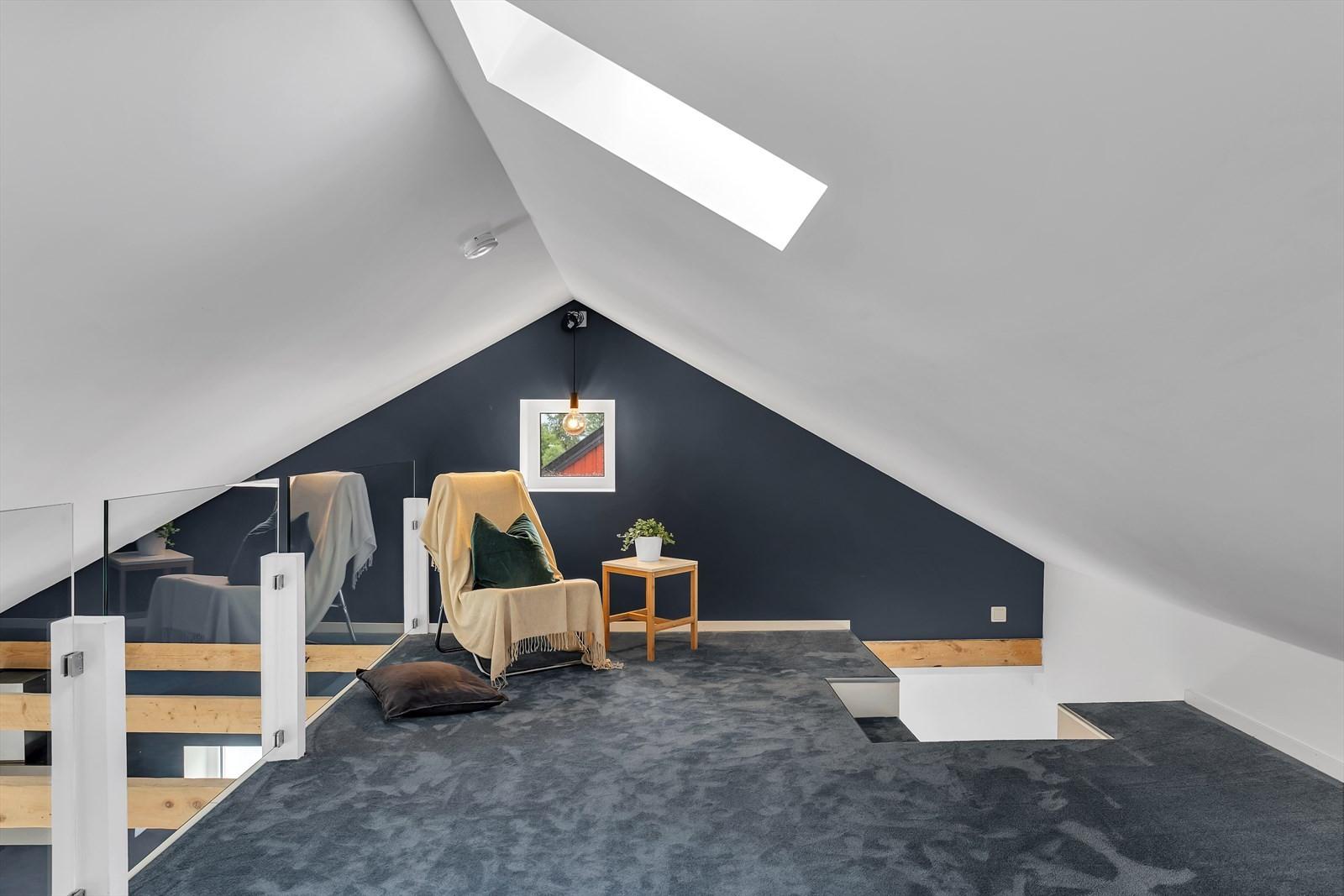 Svært koselig loftsstue med mattegulv og glassrekkverk