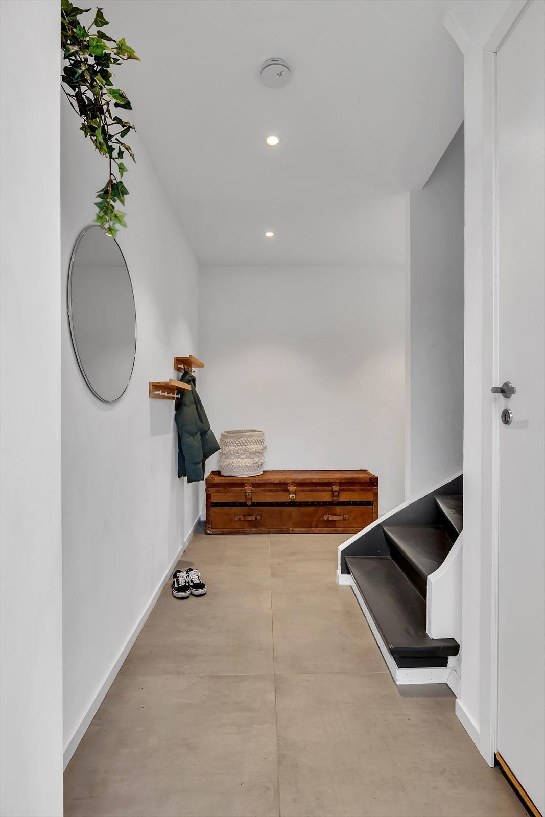 Og trappen leder deg opp i leiligheten